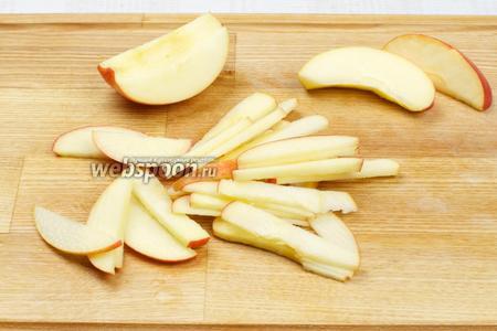Яблоки помыть и порезать тонкой соломкой, а затем сбрызнуть лимонным соком, чтобы они не потемнели.