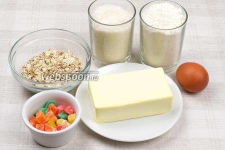 Для приготовления печенья возьмём муку, яйцо, сахар, овсяные хлопья, размягчённое сливочное масло и разноцветные цукаты.