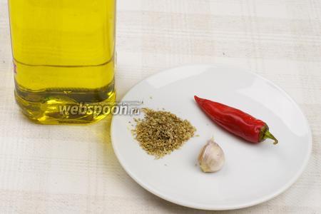 Для приготовления острого масла возьмём оливковое масло, острый перец, большой зубчик чеснока и сушёный орегано (душица обыкновенная).