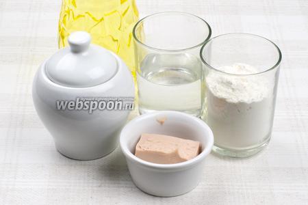 Для приготовления теста понадобится мука, свежие дрожжи комнатной температуры, растительное масло, щепотка соли и сахара.