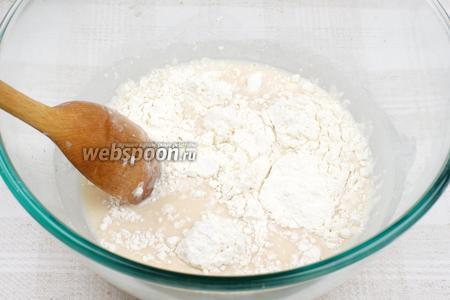 Постепенно ввести 3 стакана муки и замесить тесто.