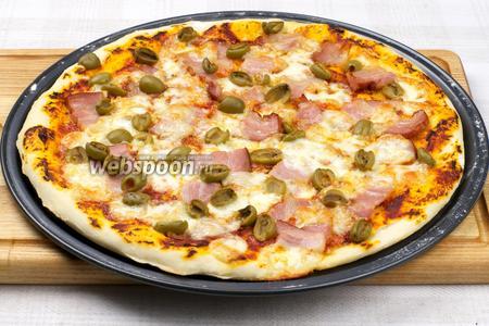 Выпекать в разогретой до 200 °С духовке 10-15 минут, края пиццы должны стать румяными.