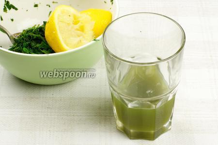 Затем процедить сок и хорошо отжать зелень.
