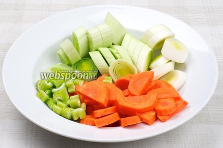 Морковь, стебли сельдерея и лук-порей нарезать толстыми кружочками.