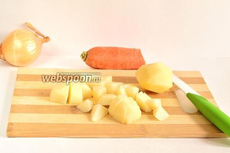 Картофель почистить, помыть и порезать кубиками.