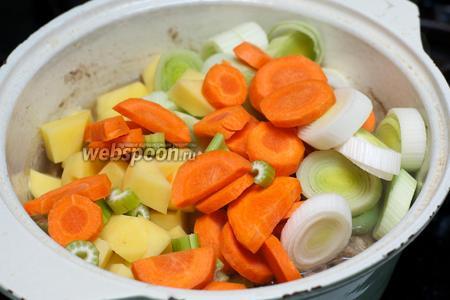 Добавить приготовленные овощи в кастрюлю к мясу.