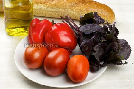 Для приготовления закуски понадобится 1-2 спелых мясистых помидора, сладкий перец, оливковое масло, батон (белый или с отрубями) и базилик для украшения.