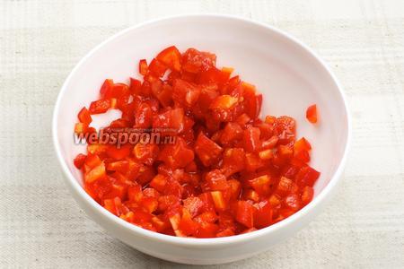 Соединить помидоры и перец, затем добавить 1 ст. л. фруктового уксуса и 2 ст. л. оливкового или  острого масла , или например  ароматного масла . И оставить всё мариноваться на 7-10 минут.