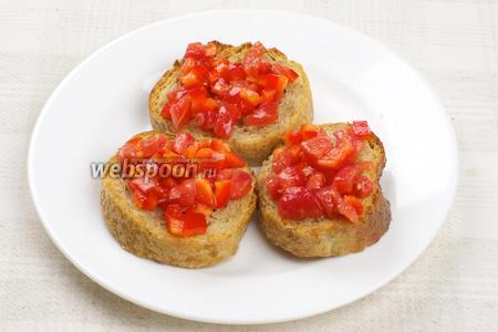 Затем выложить на поджаренный хлеб начинку, добавить немного базилика и подавать закуску тёплой.