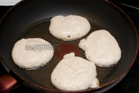 Разогреть в сковороде 2-3 ст. л. растительного масла и выложить тесто по 1-1,5 ст. л.