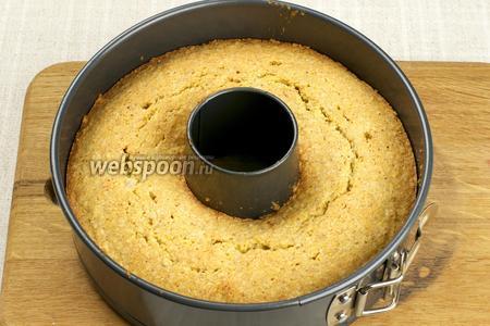 Поставить выпекаться в разогретую до 160 °С духовку на 45-55 минут. Готовность проверять деревянной шпажкой — из готового теста она должна выходить сухой.