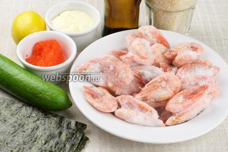 Для приготовления роллов понадобятся такие продукты: листы нори, рис, креветки, огурец, икра тобико, мягкий сыр типа Филадельфия.