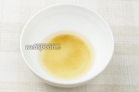 Приготовить заправку для риса: соединить по 2 чайные ложки сахара, рисового уксуса и кипячёной воды — хорошо всё размешать.