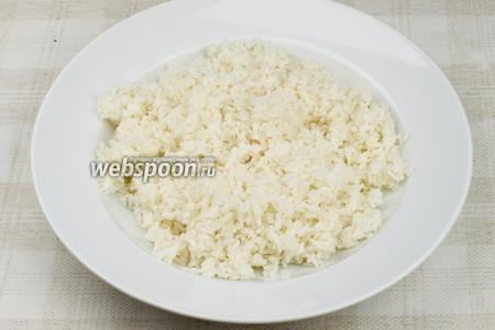 В готовый горячий рис добавить заправку, хорошо перемешать и дать рису остыть.