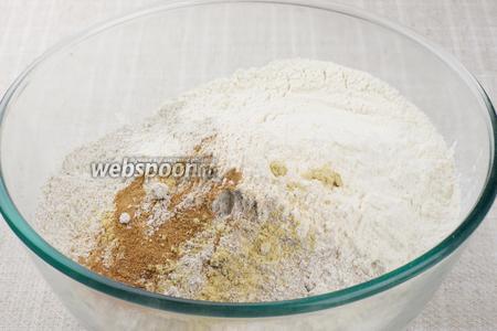 Соединить оба вида муки, соду и специи: корицу, имбирь и мускатный орех.