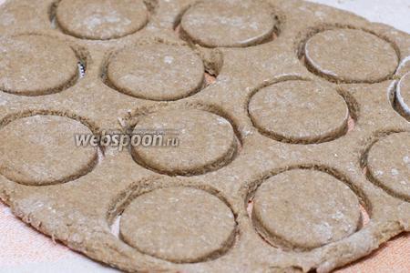 Раскатать тесто толщиной 1-1,5 см и выдавить стаканом пряники.