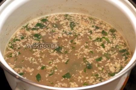 Затем кастрюлю снять с огня и дать настояться 5-10 минут. Подавать суп присыпав зеленью.