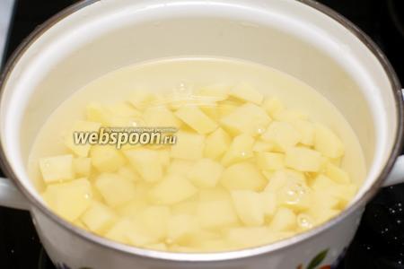 Довести в небольшой кастрюле воду до кипения, добавить щепотку соли, выложить картофель и варить 10-12 минут до готовности. Готовый картофель отбросить на дуршлаг, чтобы удалить лишнюю воду.