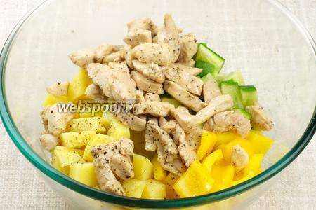 Соединить перец, огурец, отваренный картофель и обжаренное филе, добавить ещё немного оливкового масла и соль по вкусу.
