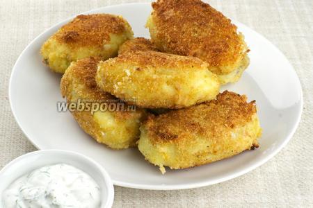 Подавать картофельные зразы горячими со сметанным соусом.