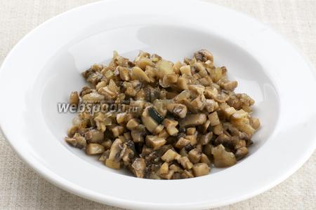 Добавить в грибы соль и перец по вкусу, готовую начинку остудить.