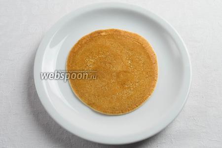 Обратная сторона блинчика должна быть румяной, но не подгоревшей. Это зависит от количества сахара в тесте.