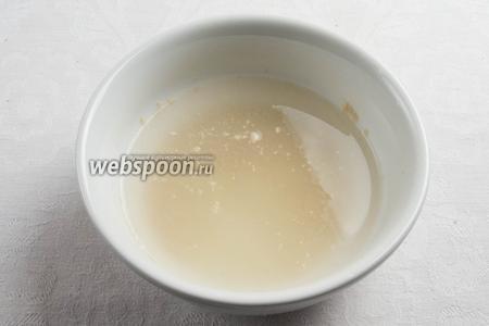 Готовим блинчики. Залить 0,5 чайной ложки сухих дрожжей и 1 ч. л. сахара 100 мл тёплой воды. Оставить на 5 минут до полного растворения дрожжей и сахара.