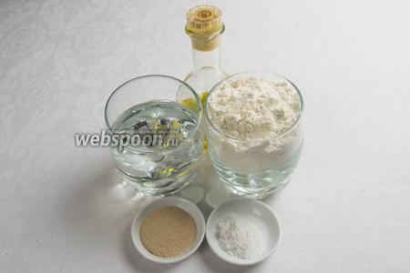 Для приготовления теста нам понадобится мука, дрожжи, тёплая вода, оливковое масло, соль.