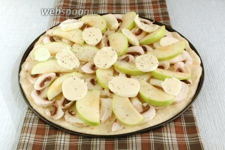 Далее следует слой тонких яблочных долек. Моцареллу нарезать ломтиками и выложить сверху. Приправить травами.