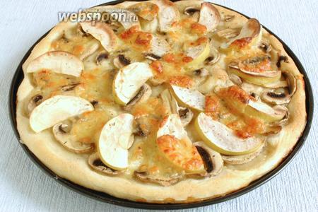 Выпекать в разогретой до 230 °C духовке в течение 15 минут. Пицца должна зарумяниться.