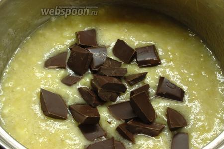Довести до кипения, проварить 3-5 минут. Добавить поломанный шоколад. Перемешать. Когда масса станет однородной снять с огня.