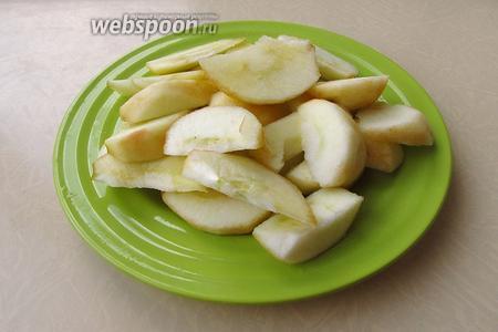 Приготовление крема. Яблоки очистить от кожицы и семян и нарезать небольшими дольками.