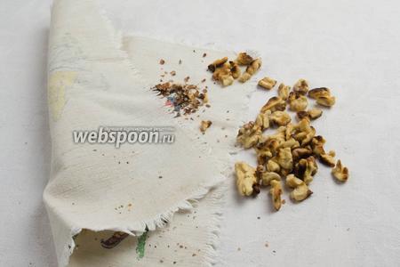 Высыпать грецкие орехи в льняную салфетку и протереть, чтобы шелуха очистилась.
