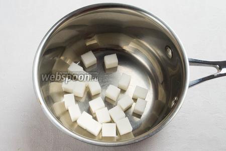 Сахар (в любом виде — песок или кусочками) выложить в посуду с толстым дном (внутреннюю поверхность кастрюли и ложку смазать тонким слоем растительного масла) и поставить на медленный огонь. Всё время сахар помешивать ложкой до тех пор, пока он не расплавится и не приобретет светло-жёлтый цвет.