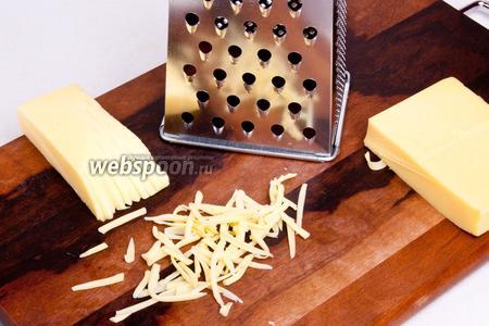 Натереть на крупной тёрке сыр. Если вы используете сливочное масло, то его желательно так же натереть на тёрке. Если топлёное — растопить.