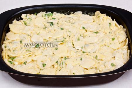 Нагрейть духовку до 200 °C и переложить картофель в форму для запекания.