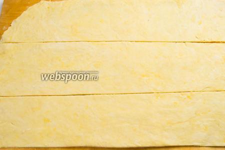 Готовое тесто раскатать в виде прямоугольника и разрезать его на 3 полосы.