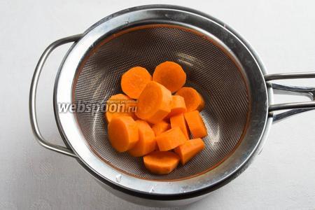 Кружочки моркови бланшировать в течение 3 минут в кипящей воде. Сразу опустить в холодную воду с добавлением уксуса.