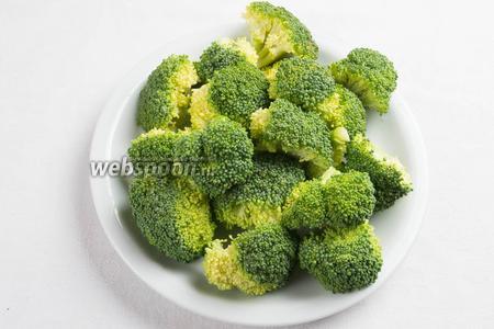 Капусту брокколи вымыть, разделить на небольшие соцветия.