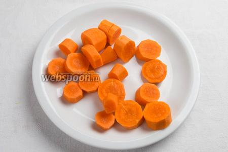 Морковь очистить, помыть, нарезать кружочками.
