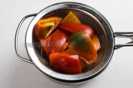 Куски перца бланшировать в течение 1 минуты в кипящей воде. Сразу опустить в холодную воду с добавлением уксуса.