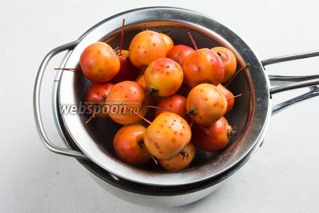 Бланшировать райские яблоки с хвостиком в кипящей воде 2-3 секунды. Сразу опустить в холодную воду.