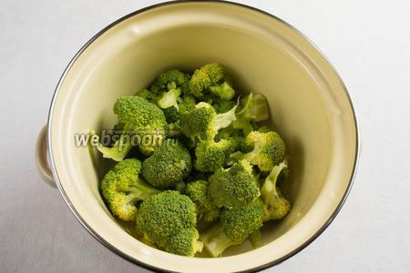 Капусту брокколи вымыть, разделить на небольшие соцветия. Сложить в кастрюлю. Залить кипятком. Варить в течение 3 минут. Соцветия вынуть и опустить в холодную воду с дольками лимона. Через 1 минуту вынуть.