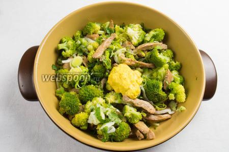 В сковороду сложить готовое мясо, капусту, лук порей, шафрановый соус, соль по вкусу. Всё перемешать. Поставить на медленный огонь и тушить в течение 10 минут.