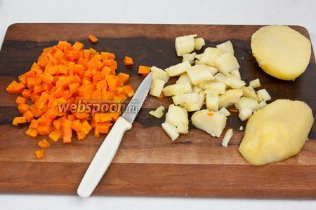 Сварить морковь и картофель до готовности, остудить и нарезать кубиками.