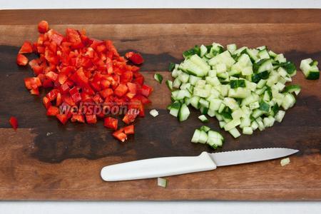 Сладкий перец и свежий огурец также нарезать небольшими кубиками.