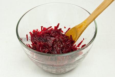 Свёклу также как и морковку с картошкой натереть на крупной тёрке, добавить масло, соль, перец и перемешать.