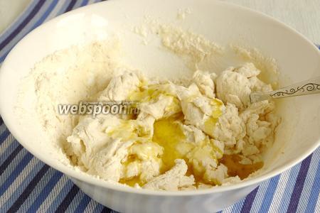Теперь влить оливковое масло и вымесить тесто руками до однородного состояния. Накрыть полотенцем и поставить в тёплое место на 40 минут.