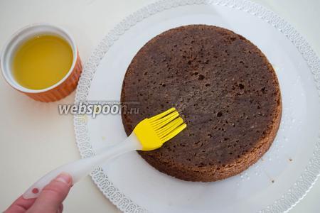 Когда все 3 коржа готовы и остыли, начнём собирать торт. Промажьте первый корж апельсиновым соком, чтобы он пропитался.