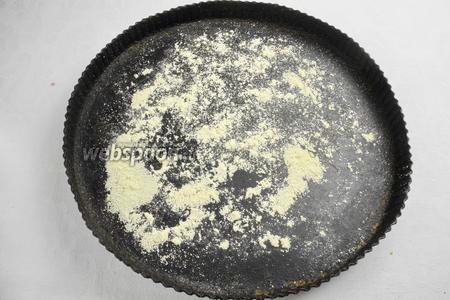 Нагреть духовку до 240 °C. Подготовить форму для пиццы. Посыпать дно кукурузной мукой для получения хрустящей корочки.